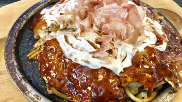 出国前に成田空港第3ターミナルで何食べる?私はソースたっぷりモダン焼き!