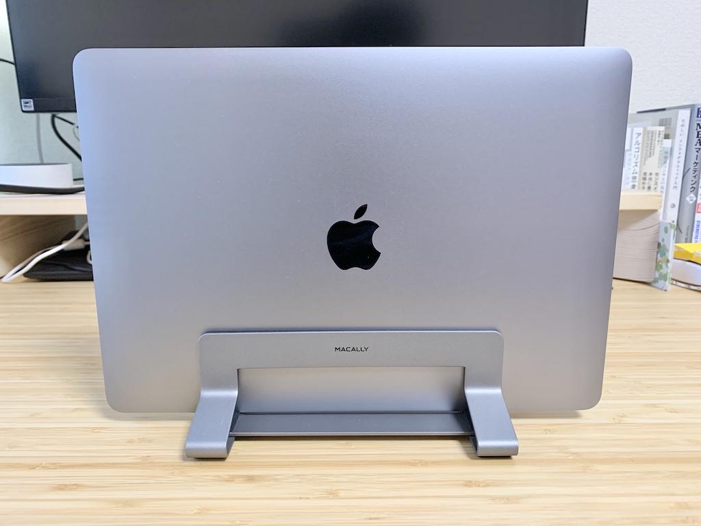 Macally縦置きスタンドとMacBook Pro表面