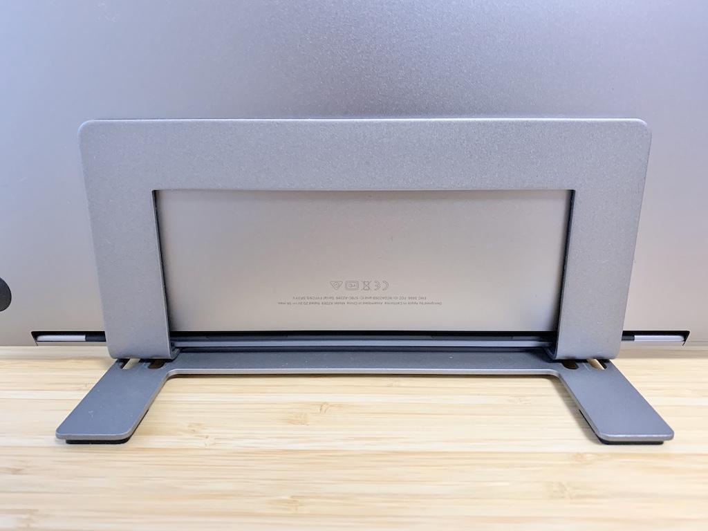 Macally縦置きスタンドとMacBook Proの排熱口の位置関係