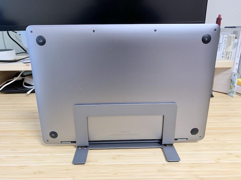 Macally縦置きスタンドとMacBook Pro裏面